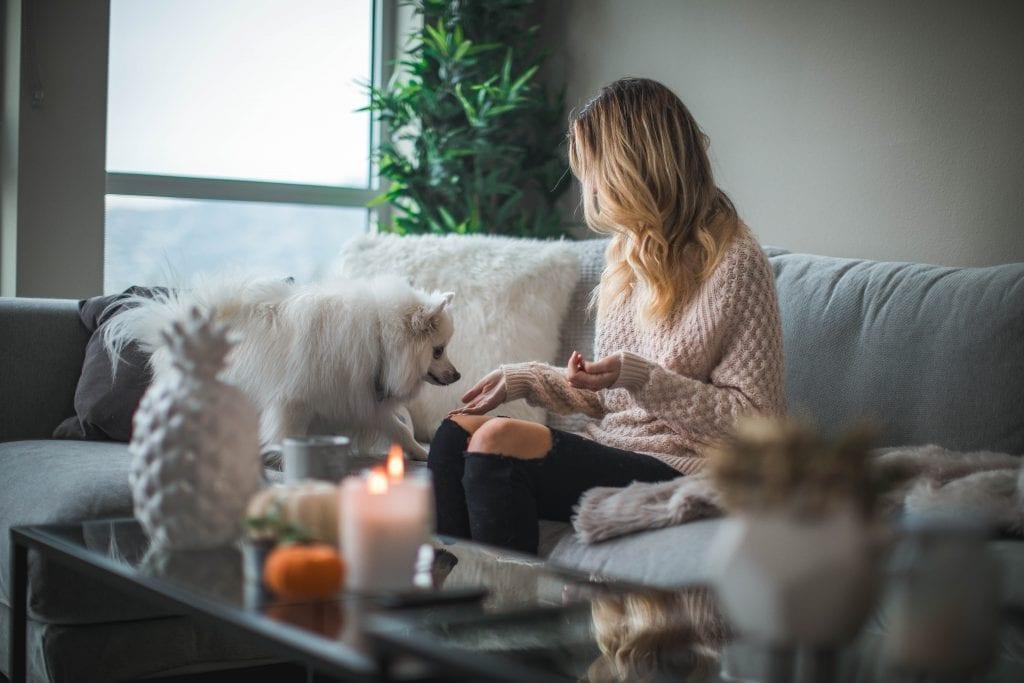 Slečna so psom v obývacej izbe