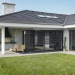 dom-okna-strecha-komin-pozemok-trava-stlpy