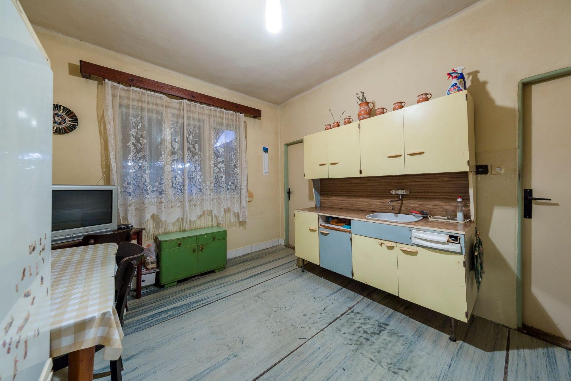 stvorcovy-dom-rekonstrukcia-kuchyna-kuchynska-linka-okna-drevena-podlaha