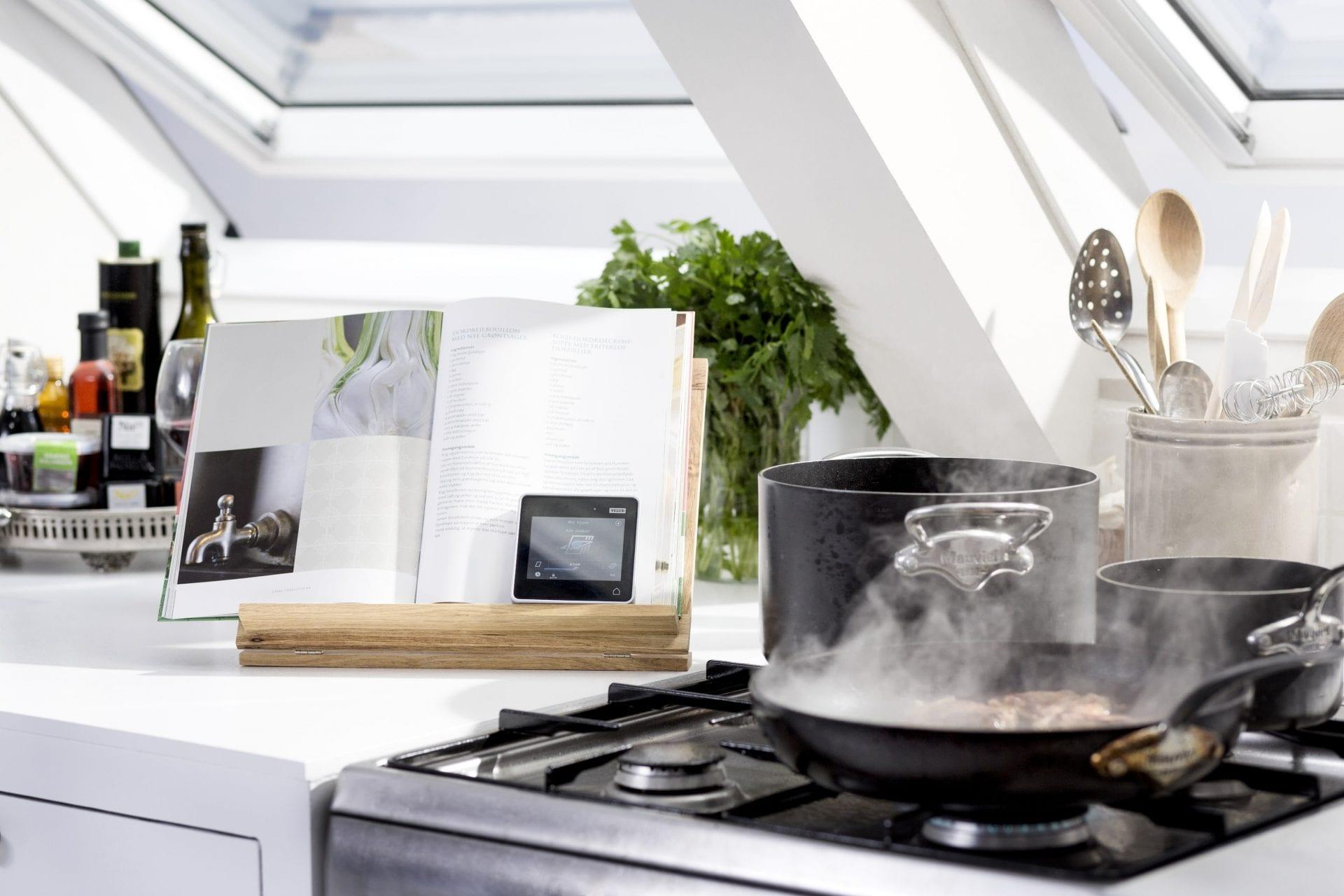 kuchyna-sporak-hrniec-kuchynska-linka-stresne-okno