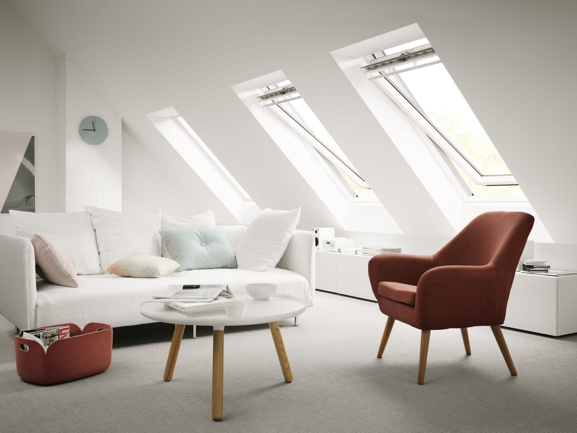stresne-okna-okna-velux-obyvacka-podkrovna-izba-kreslo-gauc-koberec-stol-vankuse